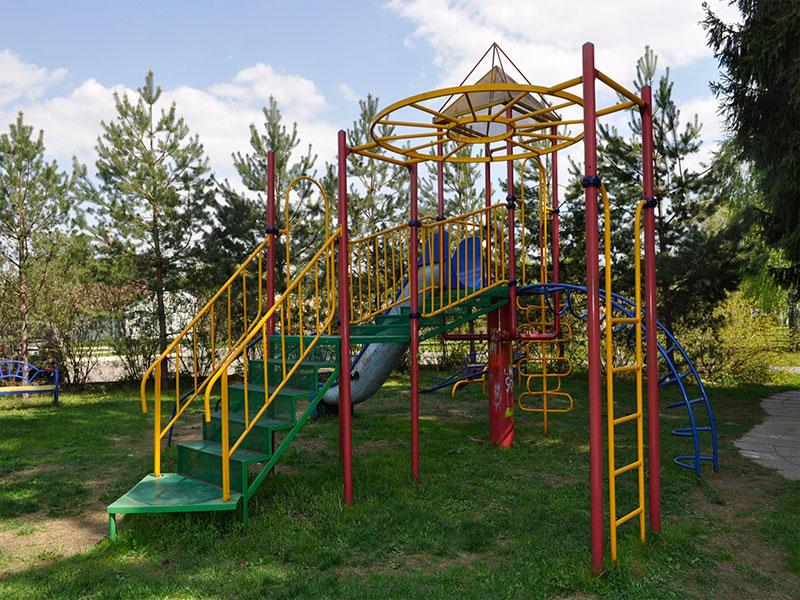 Детская площадка в детском летнем лагере в подмосковье