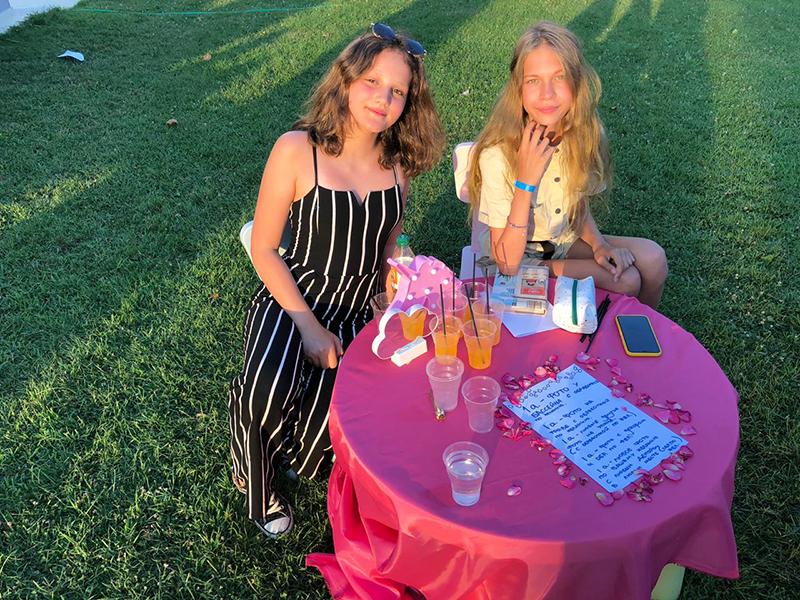 Таисья и Варвара угощали гостей ярмарки заморскими напитками из экзотических фруктов.