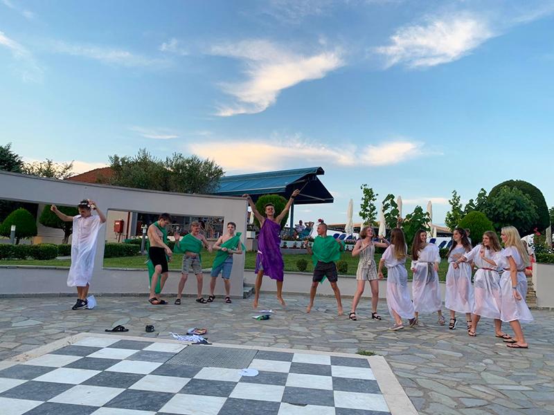 А после ярмарки все провинции смогли объединиться! Ведь в танце неважно, откуда ты родом, главное – энергия движения, энергия жизни, дра-а-а-айв!