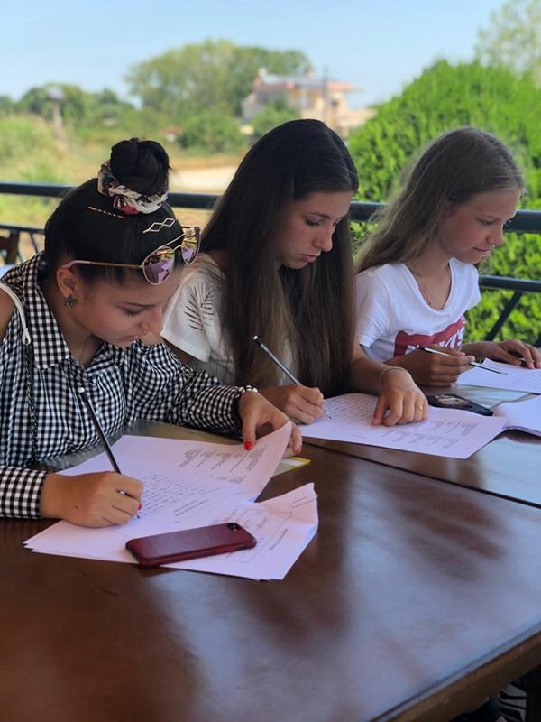 Мира, Аня и Варя пробуют написать послание на английском языке. Получится? Конечно же!