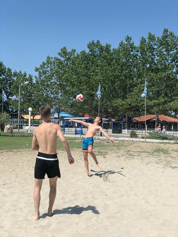 Есть место и командным играм. Парням очень нравится играть в пляжный волейбол.