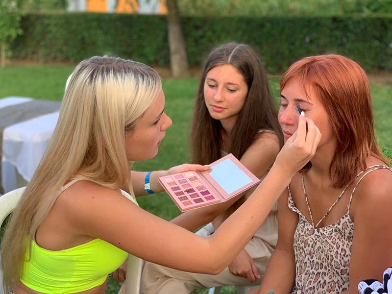 Ну а милые девушки выбрали для себя приятные услуги? Мастерицы Иудеи показали, как косметика творит чудеса.