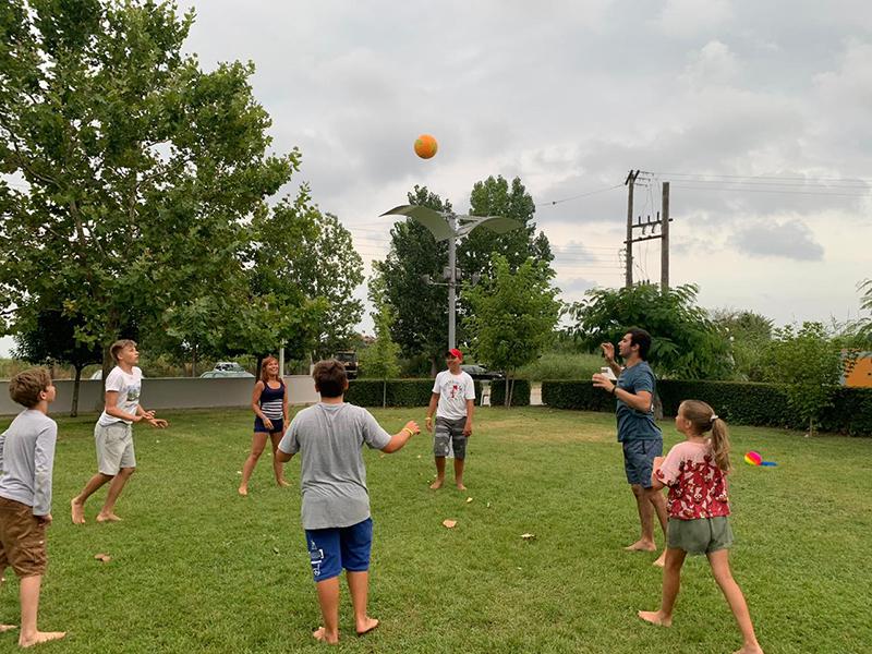 Другие же предпочли волейбол: даже младшие Аня и Алёша стараются отбить мяч.