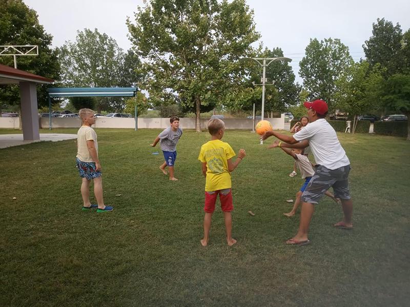 У Егора отлично получается учить ребят правильно подавать мяч.