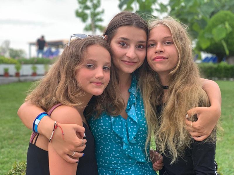 Еще одна эпоха в лагере «Фэнтези-Лэнд» подходит к закату. Прощальные взгляды прекрасных девушек останутся надолго в нашей памяти. Таисья, Анастасия и Варвара никогда не смогут забыть страну, объединившую их — Израиль.