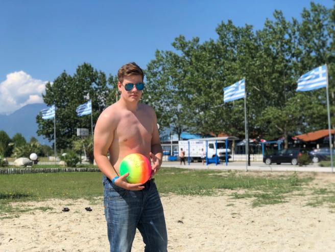 Другие предпочли пляжный волейбол, чтобы узнать, кто же из претендентов самый ловкий и быстрый.