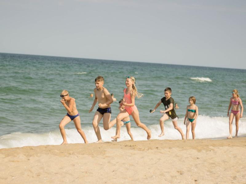 Под палящим солнцем адепты неустанно продолжали рваться в бой с волнами.