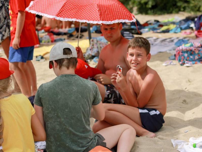 Адепты настолько увлеклись настольными играми, что даже на пляже не смогли оставить понравившееся занятие, демонстрируя свое мастерство настоящих стратегов и азарт.