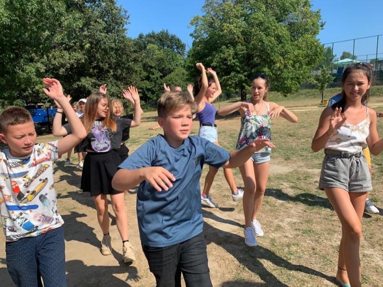 В лучших матричных традициях и этот день начался с клубных танцев…