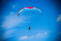 В горах Сочи туристам предлагают полеты на параплане