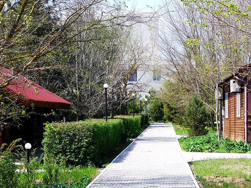 Дорожка в коттеджном городке пансионата Солнечная долина, мыс Тарханкут, Крым